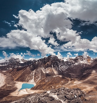Der strahlend blaue bewölkte himmel über dem himalaya.