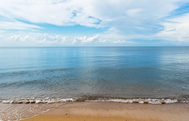 Der strand am schönen blauen himmel und wolken