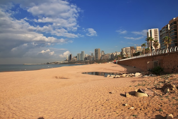 Der strand am wasser von beirut im libanon