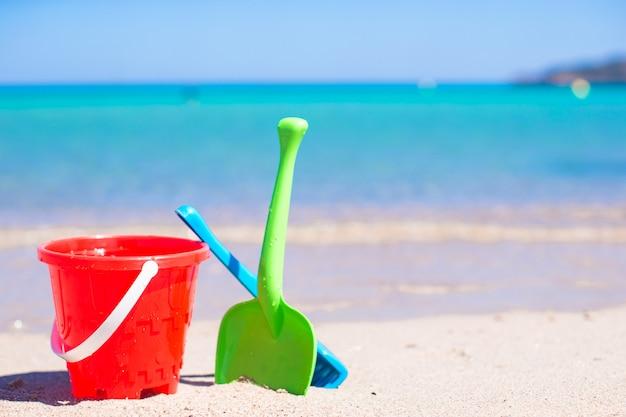 Der strand des sommerkindes spielt im weißen sandigen strand