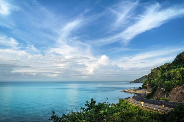 Der strand im schönen blauen himmel