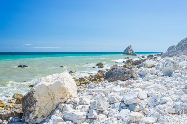 Der strand von portonovo einzigartige bucht im naturpark conero dramatische küste landzunge felsen klippe adria italien türkisfarbenes transparentes wasser