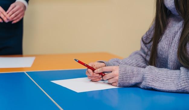 Der student macht den test oder die prüfung in der klasse