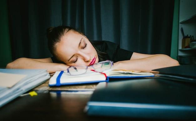 Der student schlief zu hause bei den hausaufgaben ein