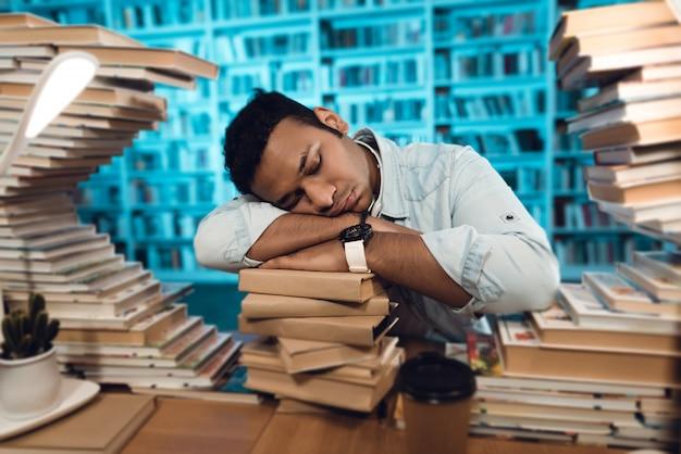 Der student sieht gelangweilt aus und möchte schlafen.