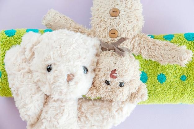 Der süße kleine teddybär legte sich auf das bett