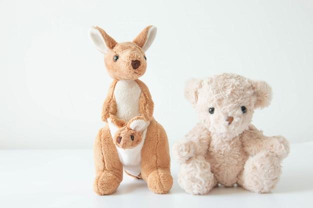 Der süße kleine teddybär und das känguru sind so glücklich, sich entspannt und glücklich zu fühlen.