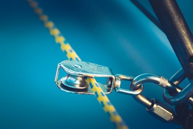 Der takelageblock mit wirbel und gelbem seil. ein teil der takelage der yacht. nahansicht.