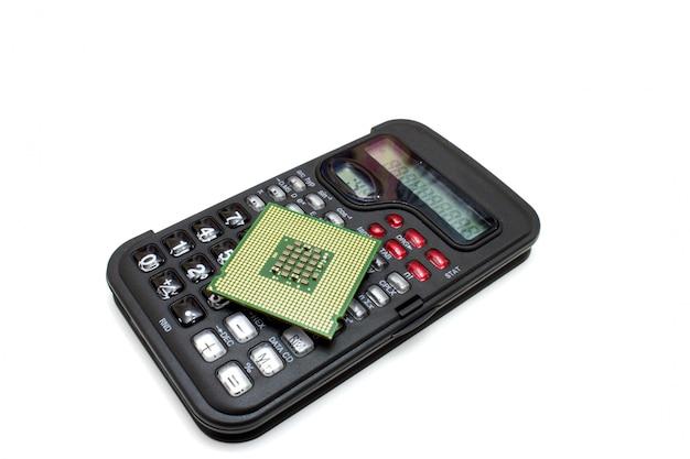 Der taschenrechner von schwarzer farbe mit dem computerprozessor darauf