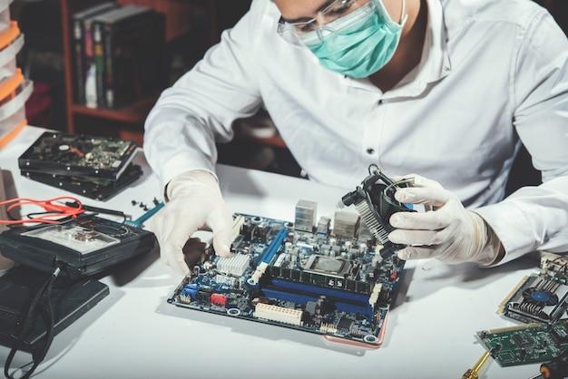 Der techniker repariert computer, computerhardware, reparatur, aufrüstung und technologie