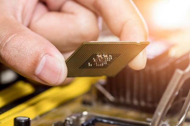 Der techniker steckt den cpu-mikroprozessor in den motherboard-sockel