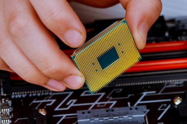 Der techniker steckt die cpu in den sockel des computer-motherboards