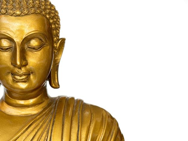 Der teil der goldenen antiken buddha-statue des gesichtes auf dem weißen hintergrund