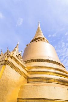 Der tempel des smaragdbuddha oder wat phra kaew ist ein berühmter ort für touristen
