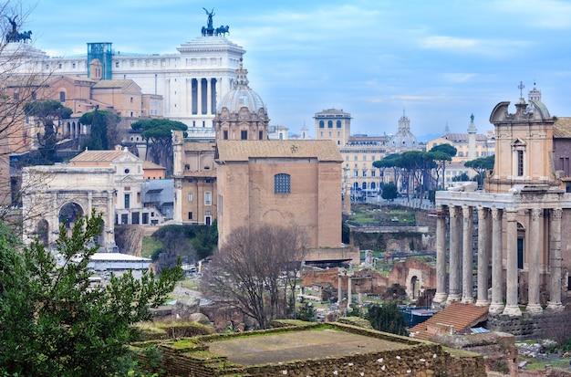 Der tempel von antoninus und faustina ist ein alter römischer tempel in rom. es steht auf dem forum romanum, an der via sacra. Premium Fotos