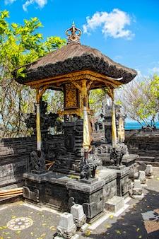 Der tempel von tanah lot und seine kleinen ecken. indonesien