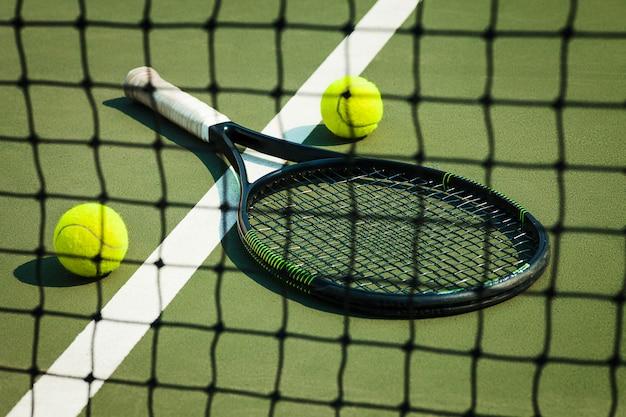 Der tennisball auf einem tennisplatz