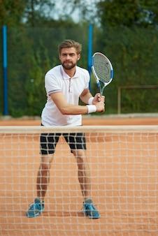 Der tennisspieler ist bereit für die antwort