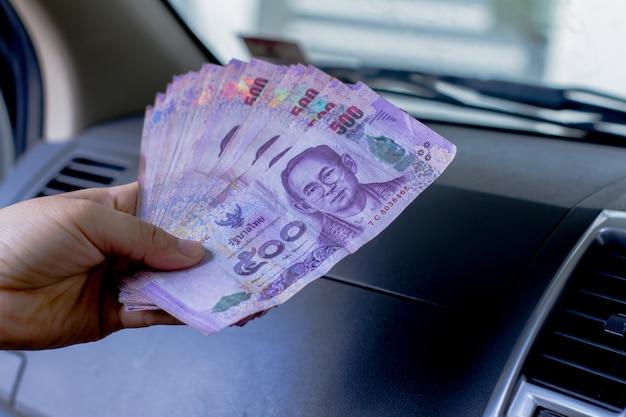 Der thailändische banklenker ist im auto.