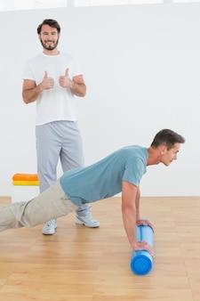 Der therapeut, der oben daumen mit dem mann tut gestikulieren drückt, ups