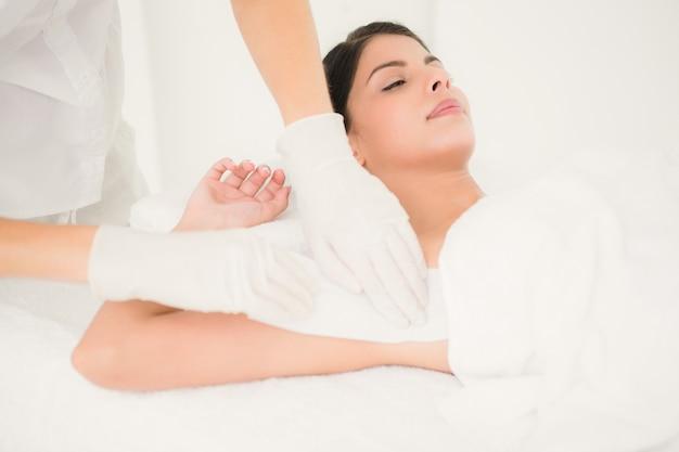 Der therapeut, der womans achselhöhle in der badekurortmitte wachsen lässt