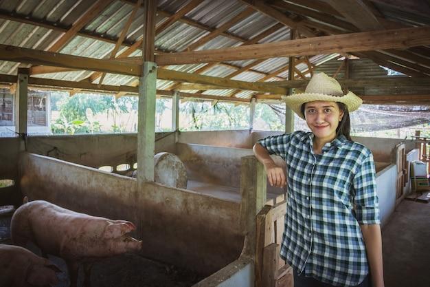 Der tierarzt, der an kontrolle arbeitet und am landwirtschaftsbauernhof bewirtschaftet