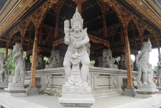 Der tirta empul tempel ist eines der heiligen gebäude in gianyar, bali, indonesien.