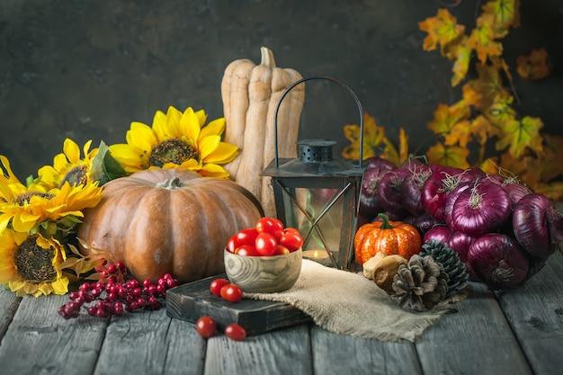 Der tisch, dekoriert mit gemüse und obst