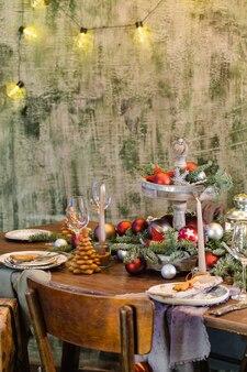 Der tisch ist mit essen gedeckt und zu weihnachten dekoriert