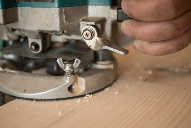 Der tischler fräst die arbeitsplatte aus kiefer