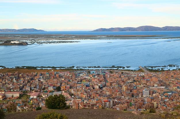 Der titicaca-see, der höchstgelegene schiffbare see der welt und die stadt puno, peru