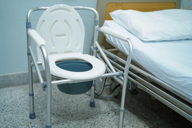 Der toilettenstuhl oder die mobile toilette kann sich im schlafzimmer oder überall für ältere behinderte menschen oder patienten bewegen