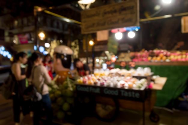 Der tourist kauft obst vom obststand auf dem nachtmarkt
