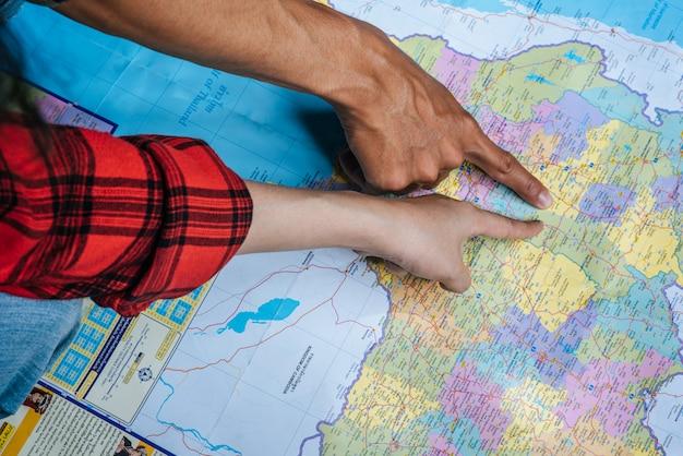 Der tourist zeigte mit dem finger auf die karte.