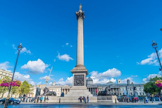 Der trafalgar square ist ein öffentlicher ort und eine touristenattraktion im zentrum von london.