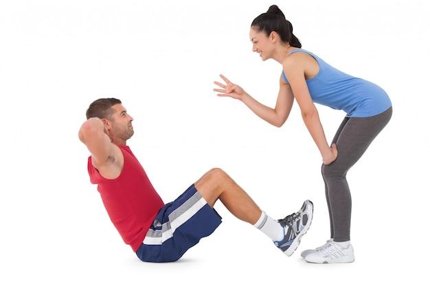 Der trainer, der den mann tut zählt, sitzen ups