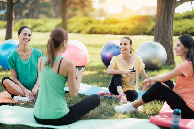 Der trainer sitzt vor einer gruppe schwangerer frauen