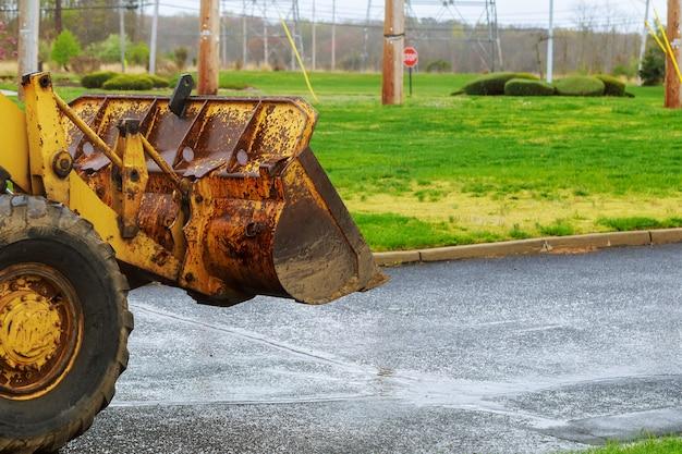 Der traktor oder bulldozer auf der baustelle