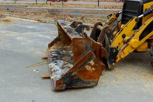 Der traktor oder die planierraupe auf baustelle