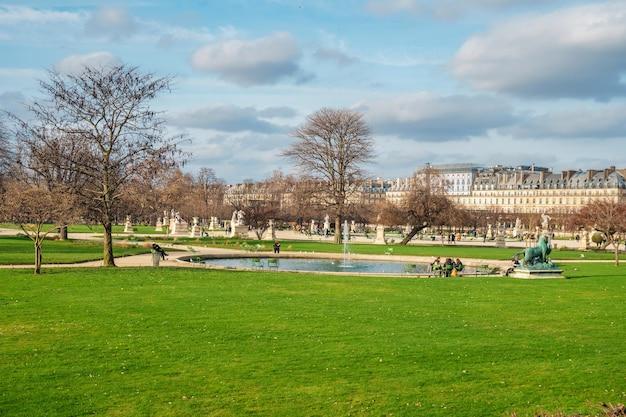 Der tuileries garden ist ein öffentlicher garten zwischen dem louvre und dem place de la concorde in paris.