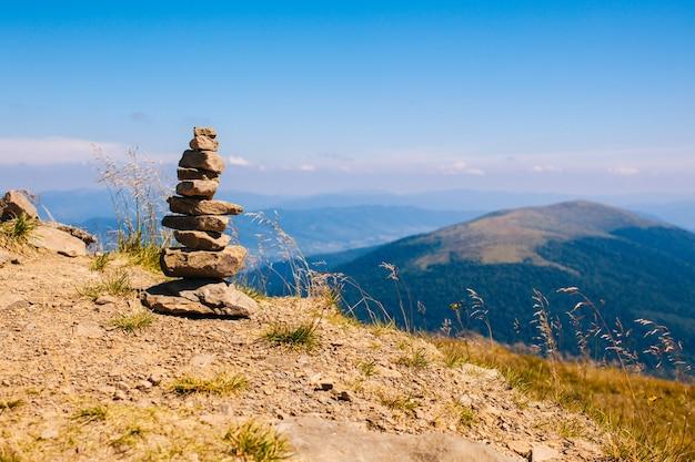 Der turm aus kieselsteinen auf dem berggipfel, symbol für ausgeglichenheit und entspannung