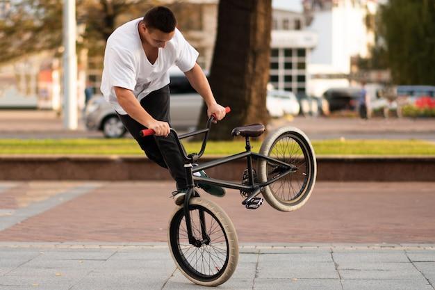 Der typ auf dem stuntbike dreht das bike am vorderrad um seine achse. für jeden zweck.