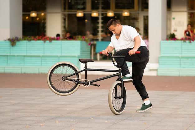 Der typ auf dem stuntbike macht die drehung des rades und macht die stunts am vorderrad. für jeden zweck.