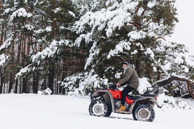 Der typ fährt motorrad bei schnee