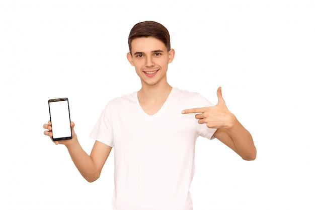 Der typ im weißen t-shirt schaut in das telefon, isoliert