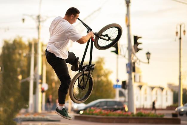 Der typ in der luft mit einem bmx-bike. für jeden zweck.