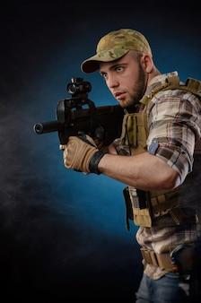 Der typ ist ein militäragent in einer kugelsicheren weste mit einem automatischen gewehr