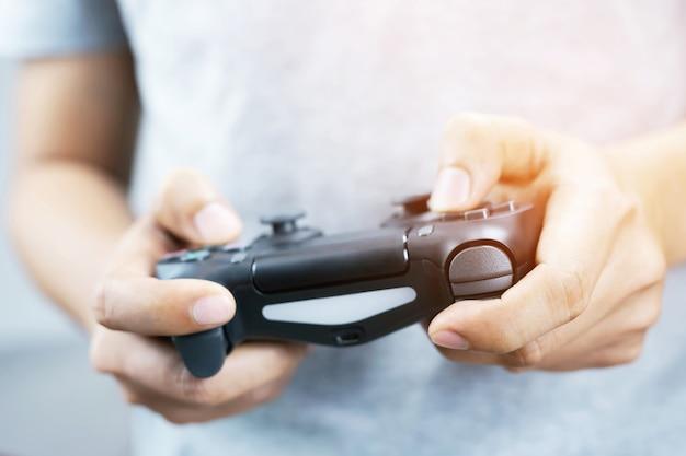 Der typ spielt auf der konsole