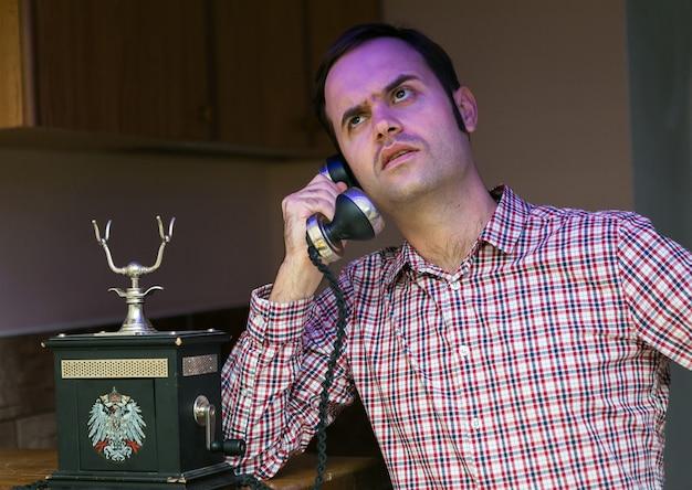 Der typ spricht am alten telefon, geschäftsverhandlungen mit kunden