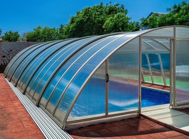 Der überdachte bereich des poolwassers speichert die wärme länger. auch in einem baldachin können sie heizung mitbringen.